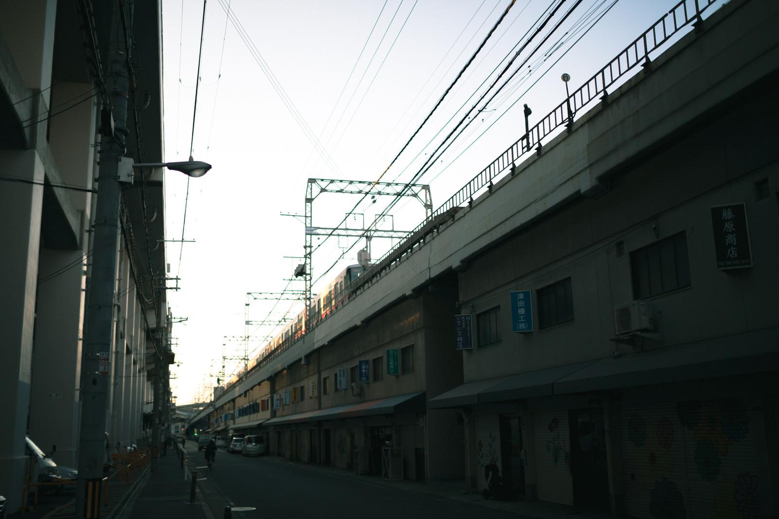 「高架下を利用した商店街」の写真