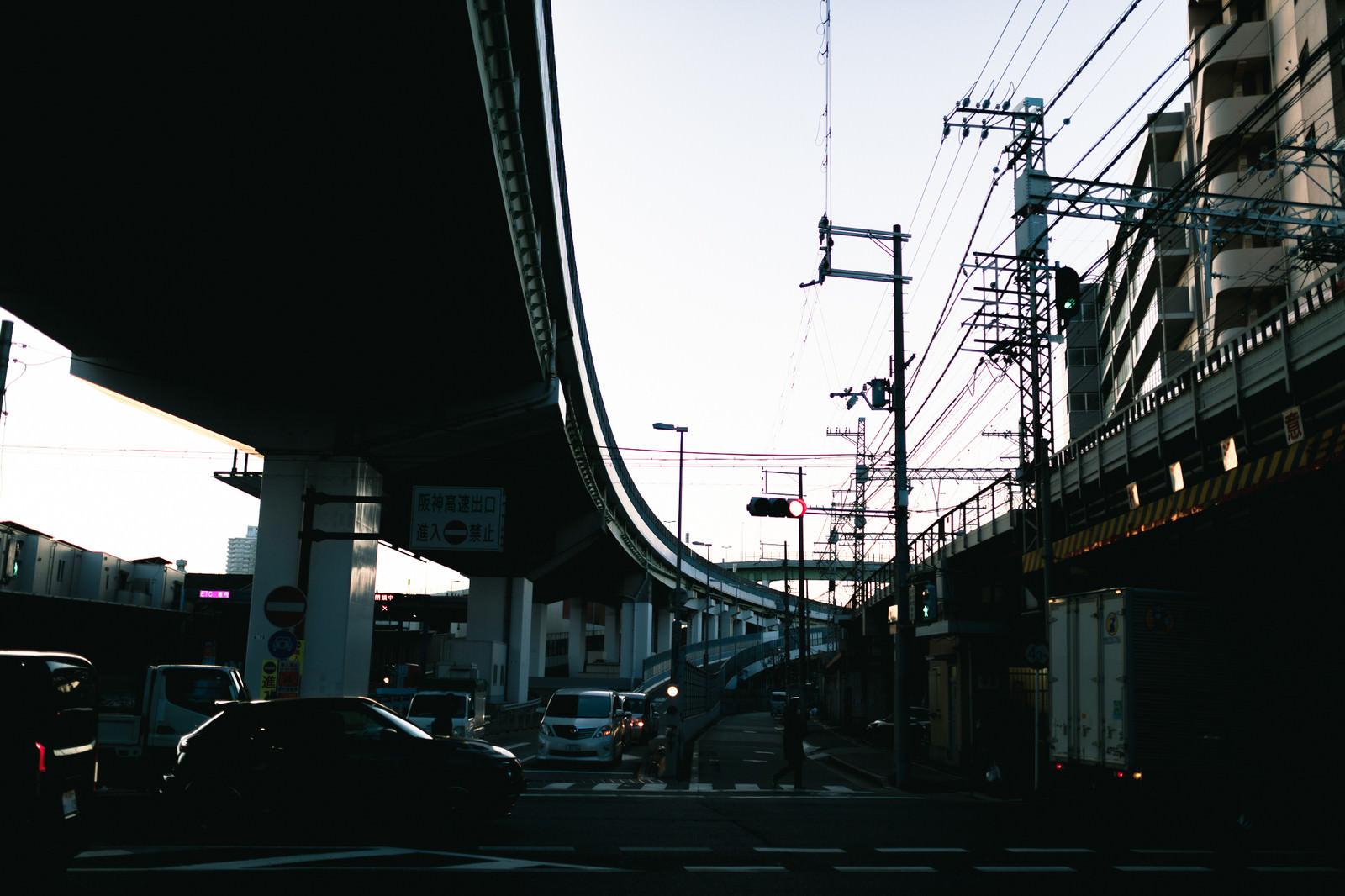 「高速道路出口と高架橋」の写真