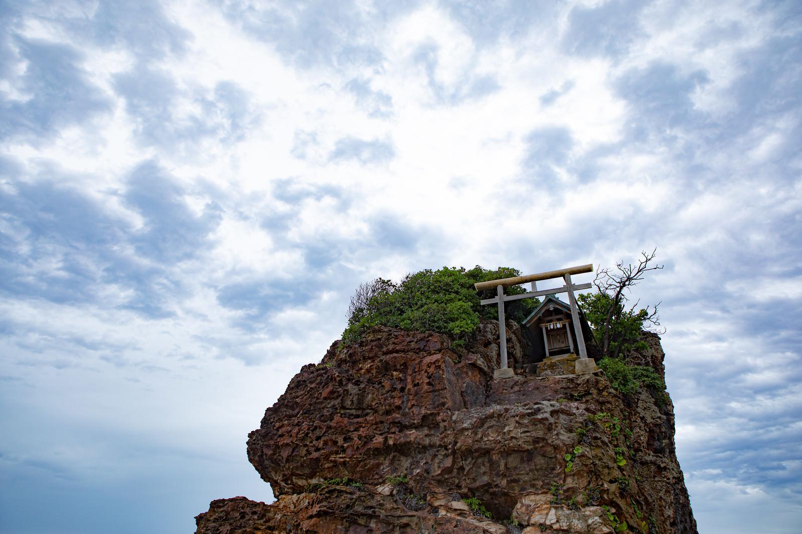 「稲佐の浜の弁天島(島根県出雲市)」の写真