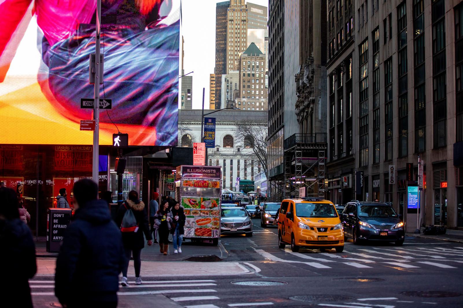 「ニューヨークの横断歩道と街並み」の写真