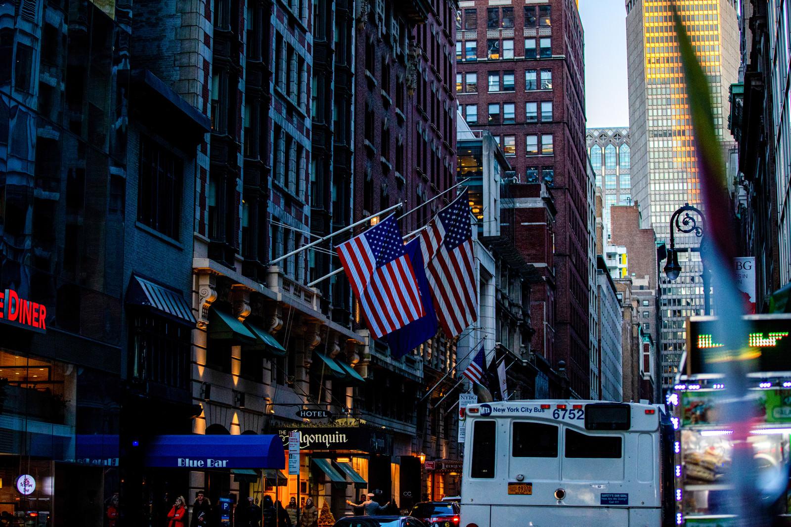 「ニューヨークの街並みとアメリカ国旗」の写真