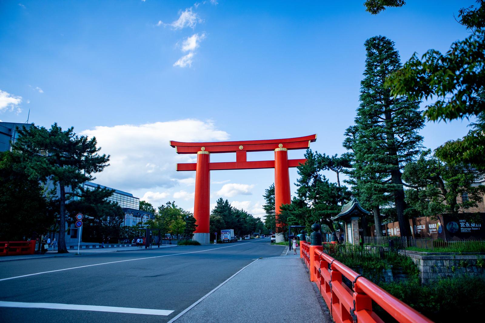 「車道をまたぐ平安神宮の大鳥居(京都府)」の写真