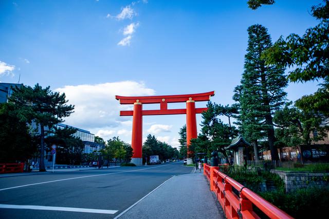 車道をまたぐ平安神宮の大鳥居(京都府)の写真