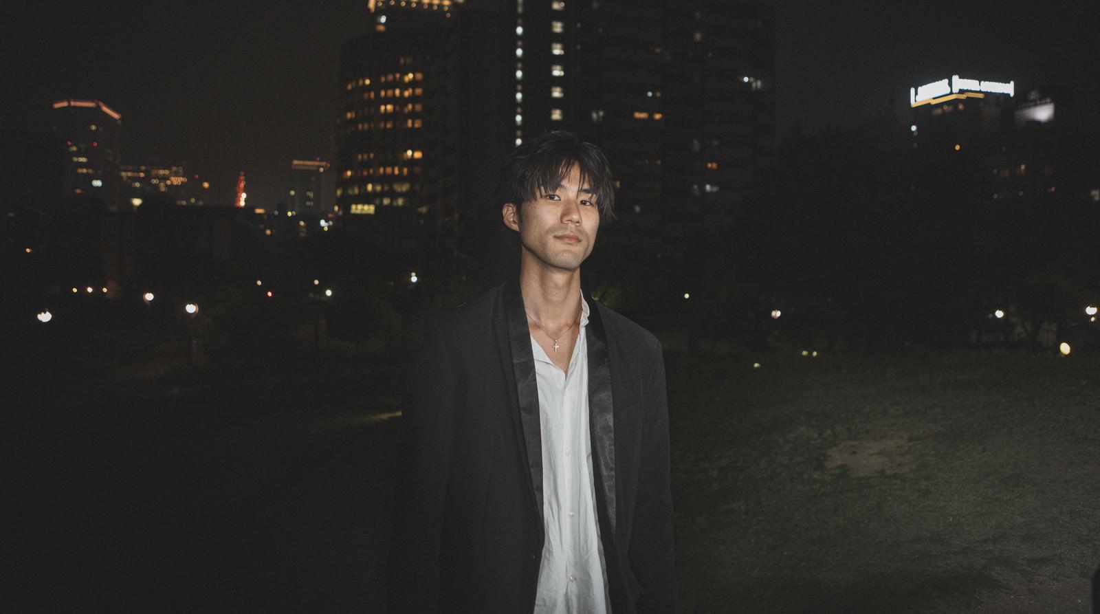 「深夜に友人の男性と待ち合わせ」の写真[モデル:村田裕章]
