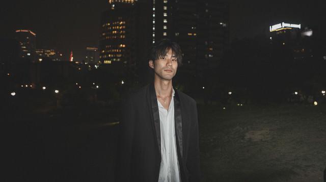 深夜に友人の男性と待ち合わせの写真
