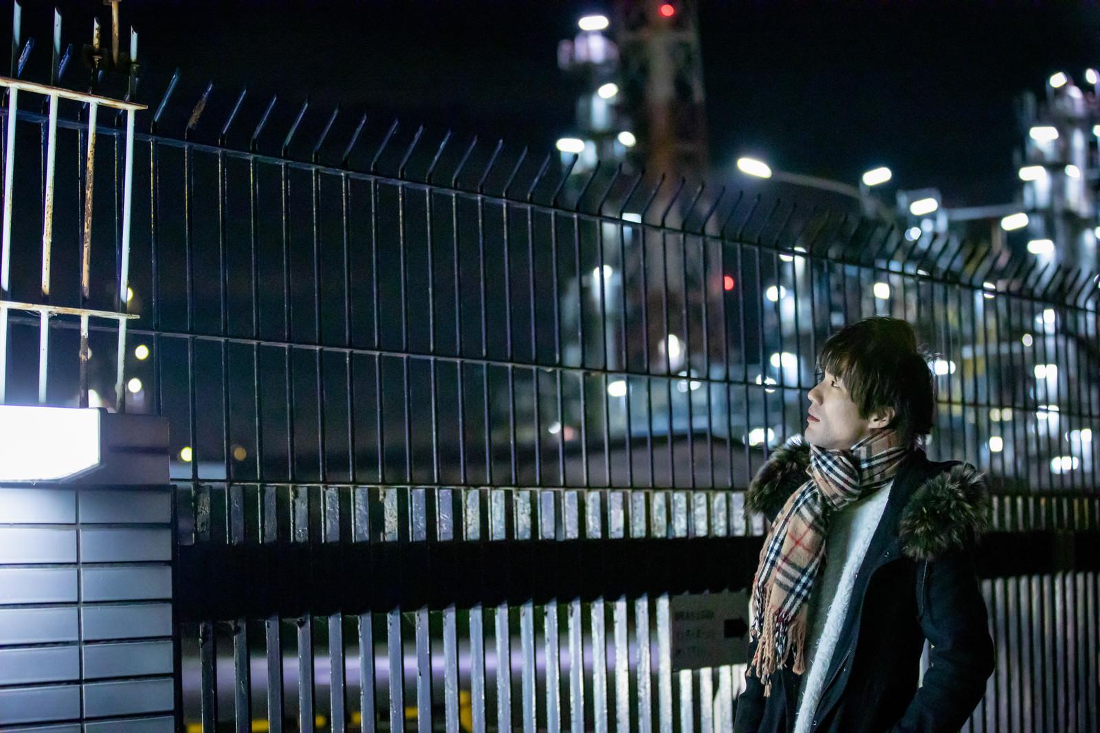 「工場夜景とマフラー男子」の写真[モデル:村田裕章]
