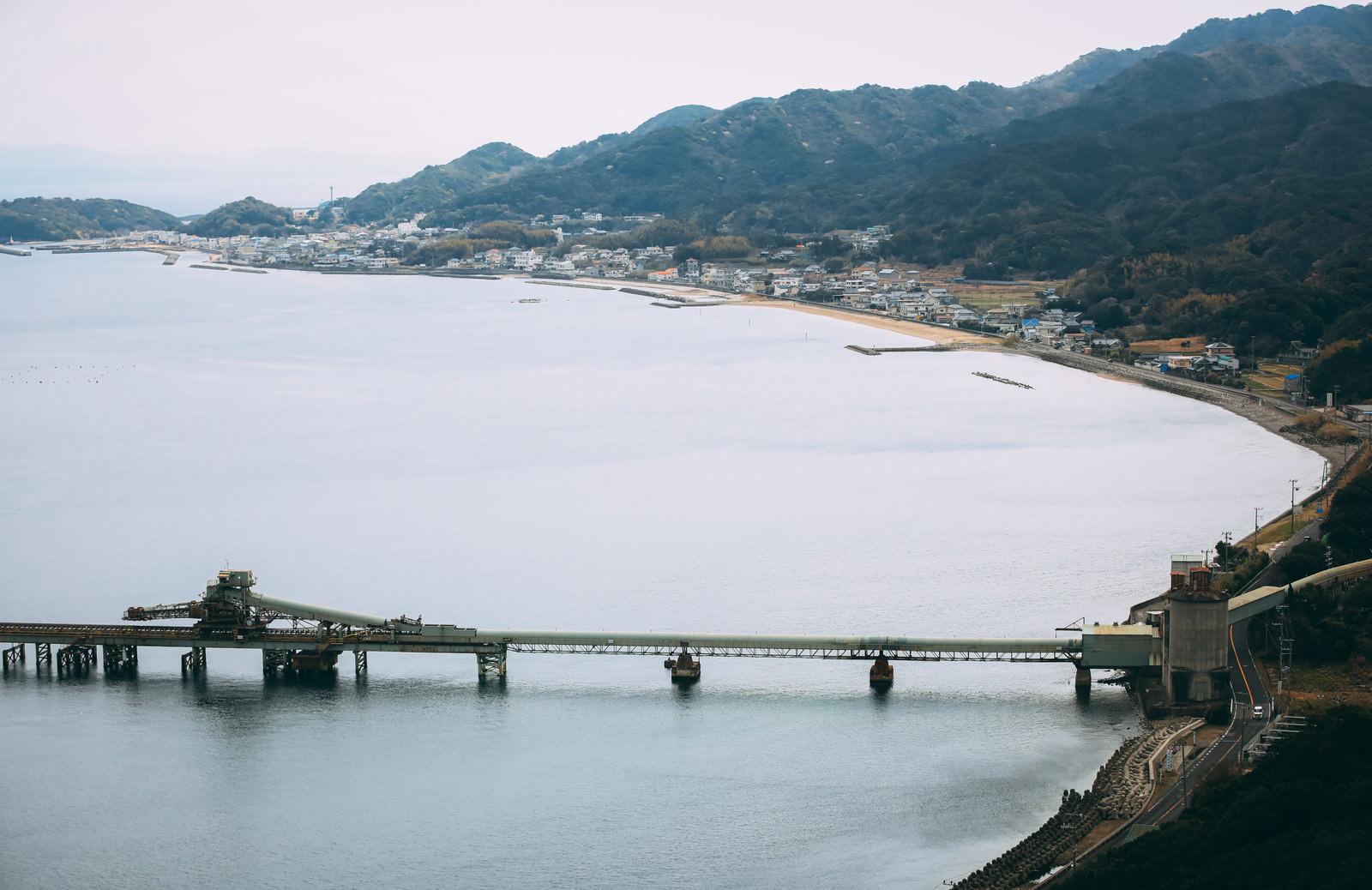 「工場越しに見る漁村」の写真