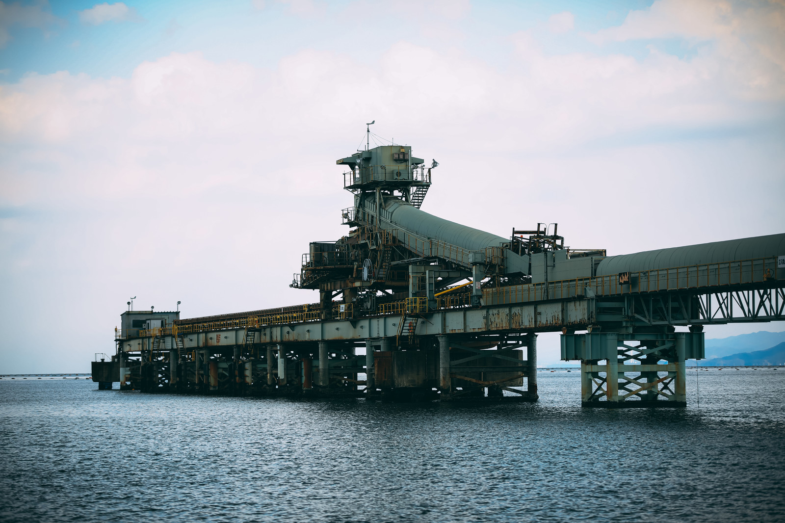 「海上に浮かぶ仄暗い工場」の写真