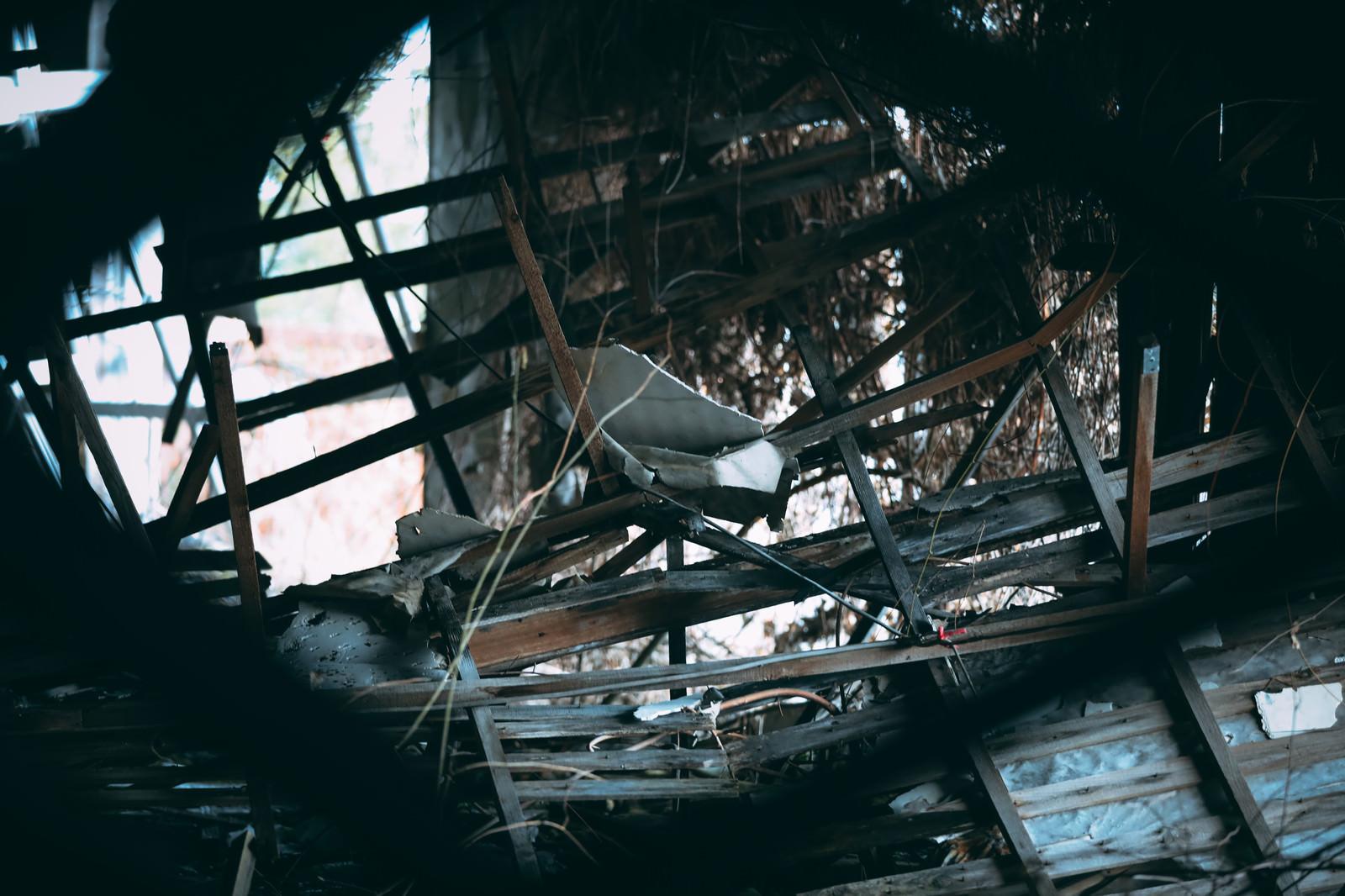 「割れた板が散らばる廃墟」の写真