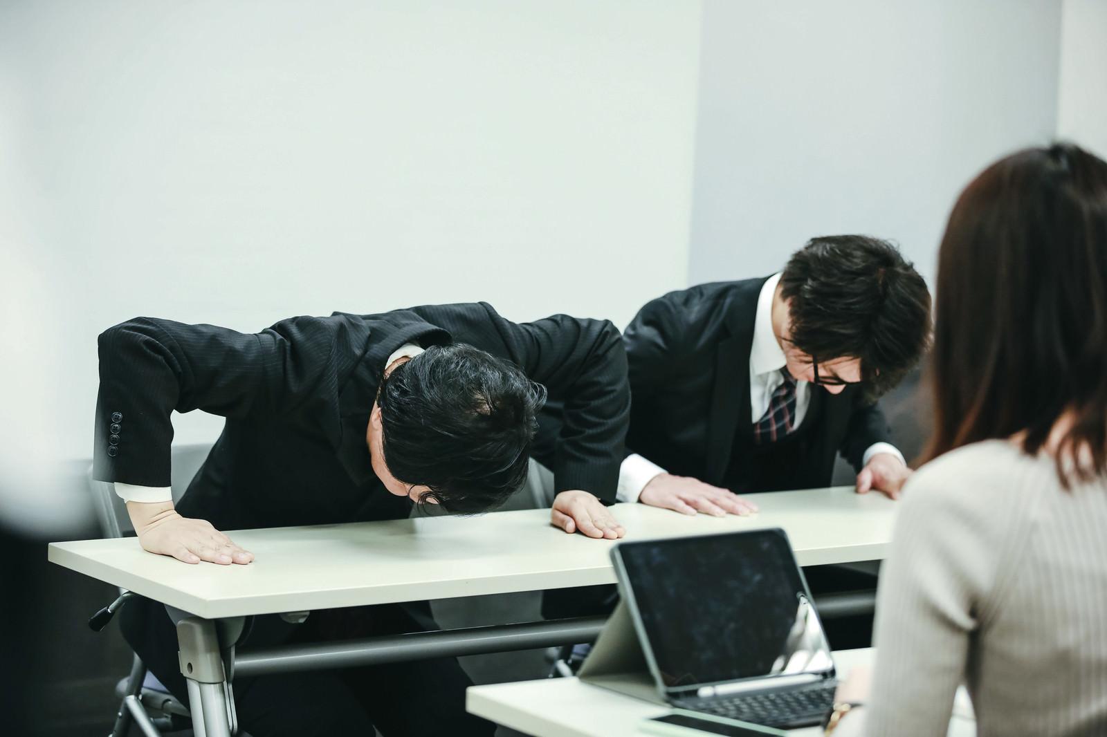 「不祥事で謝罪する会社役員」の写真[モデル:のせさん 村田裕章]