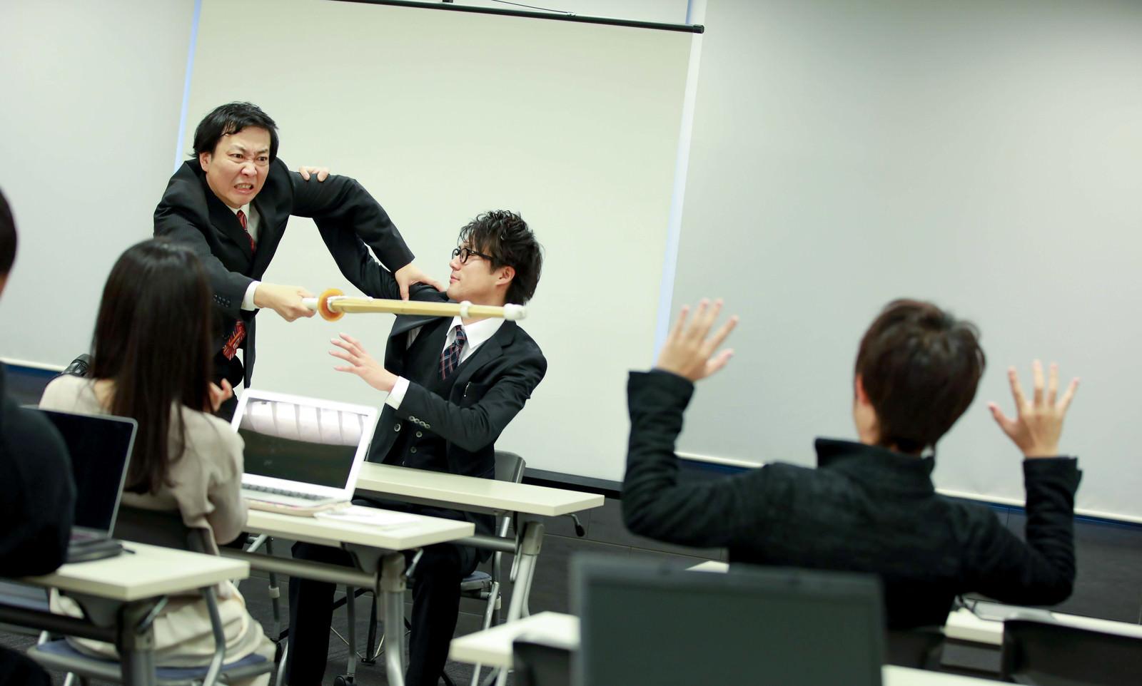 「体罰も辞さないパワハラ研修がはじまる」の写真[モデル:のせさん 村田裕章]