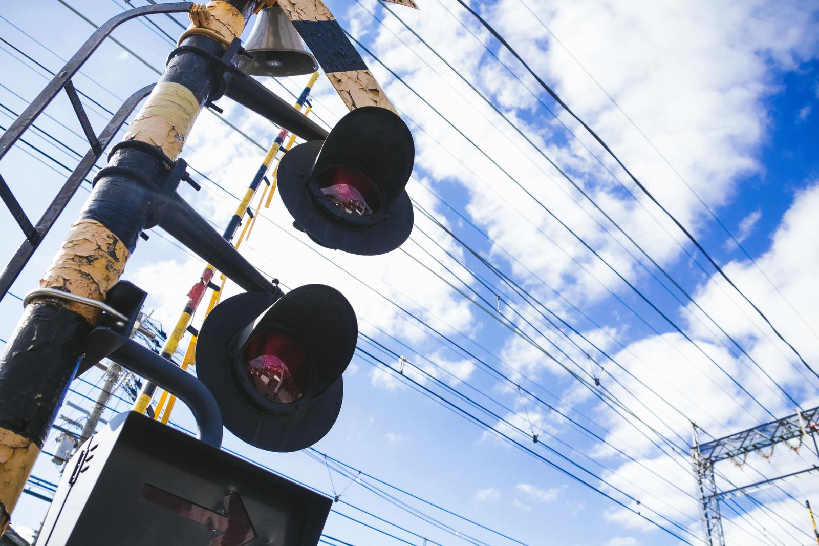 「踏切と電線」の写真