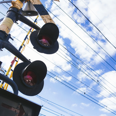踏切と電線の写真