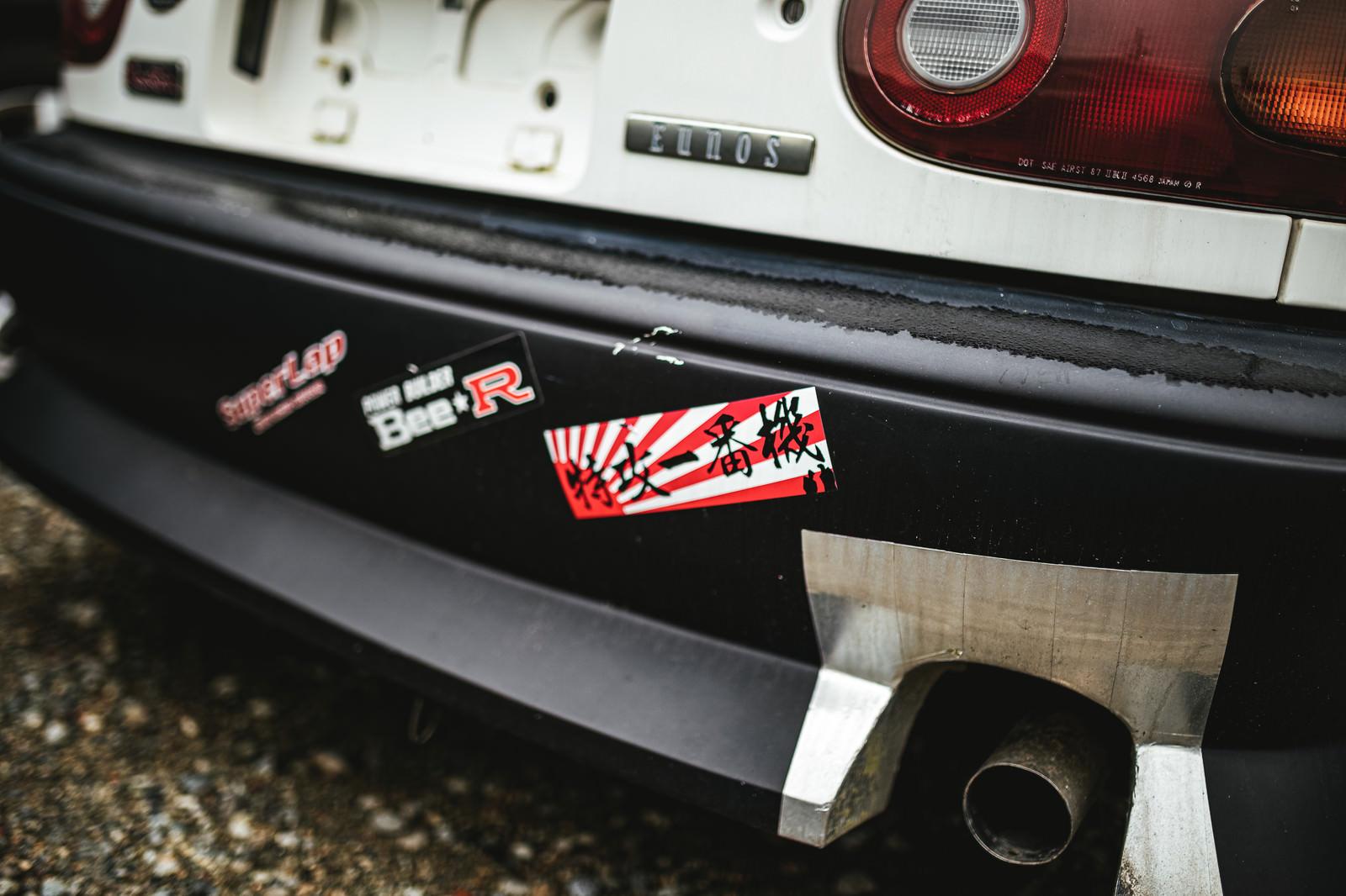 「リアダンパーに特攻ステッカーが貼られた事故車」の写真