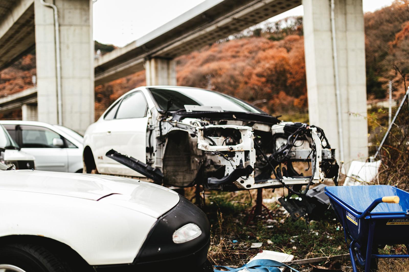 「フロント部分が大破した事故車(廃車施設)」の写真