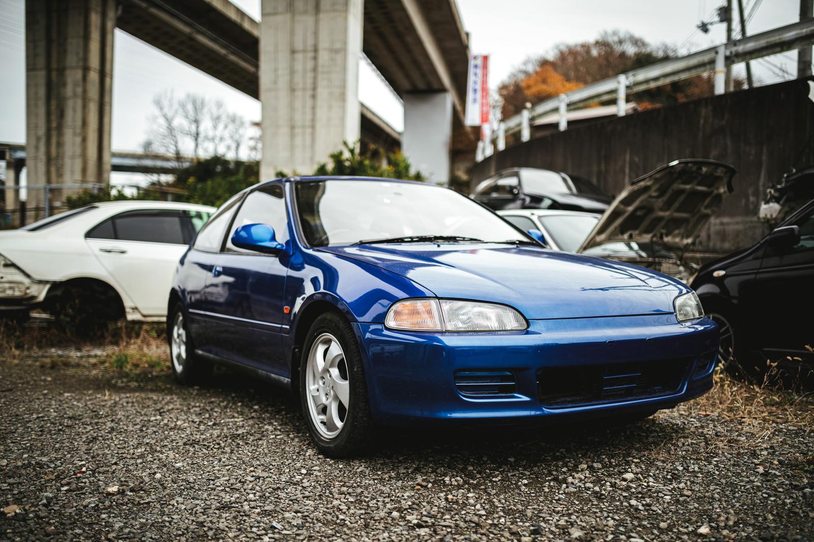 「ナンバーの外された青い自動車」の写真