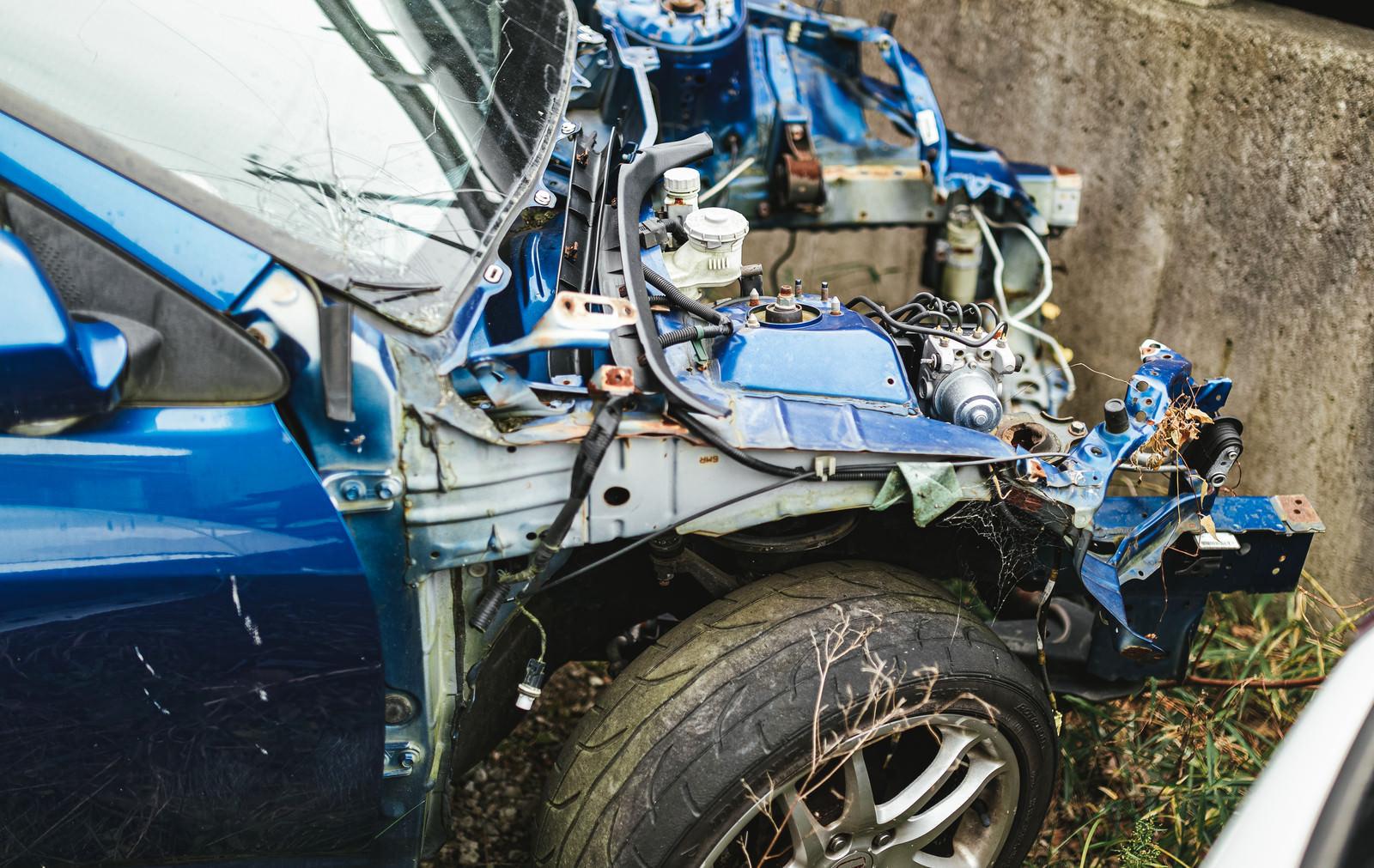 「フロント部分が大破した事故車」の写真