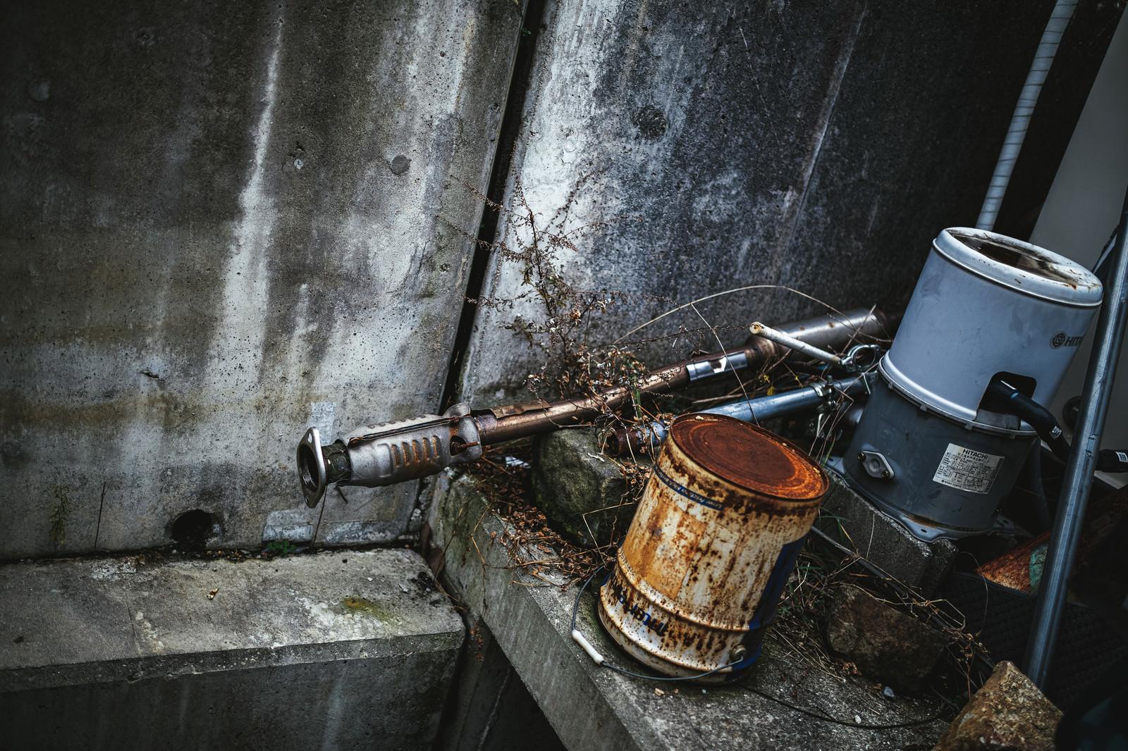 「錆びた容器とパイプ」の写真