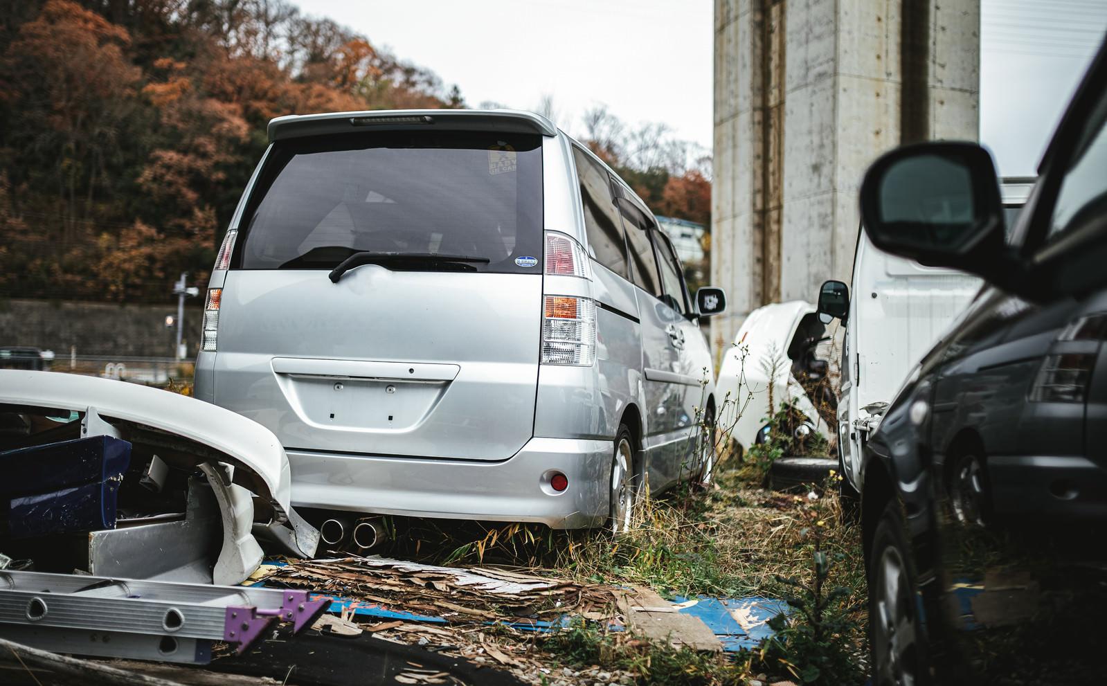 「廃車工場に停められている自動車」の写真