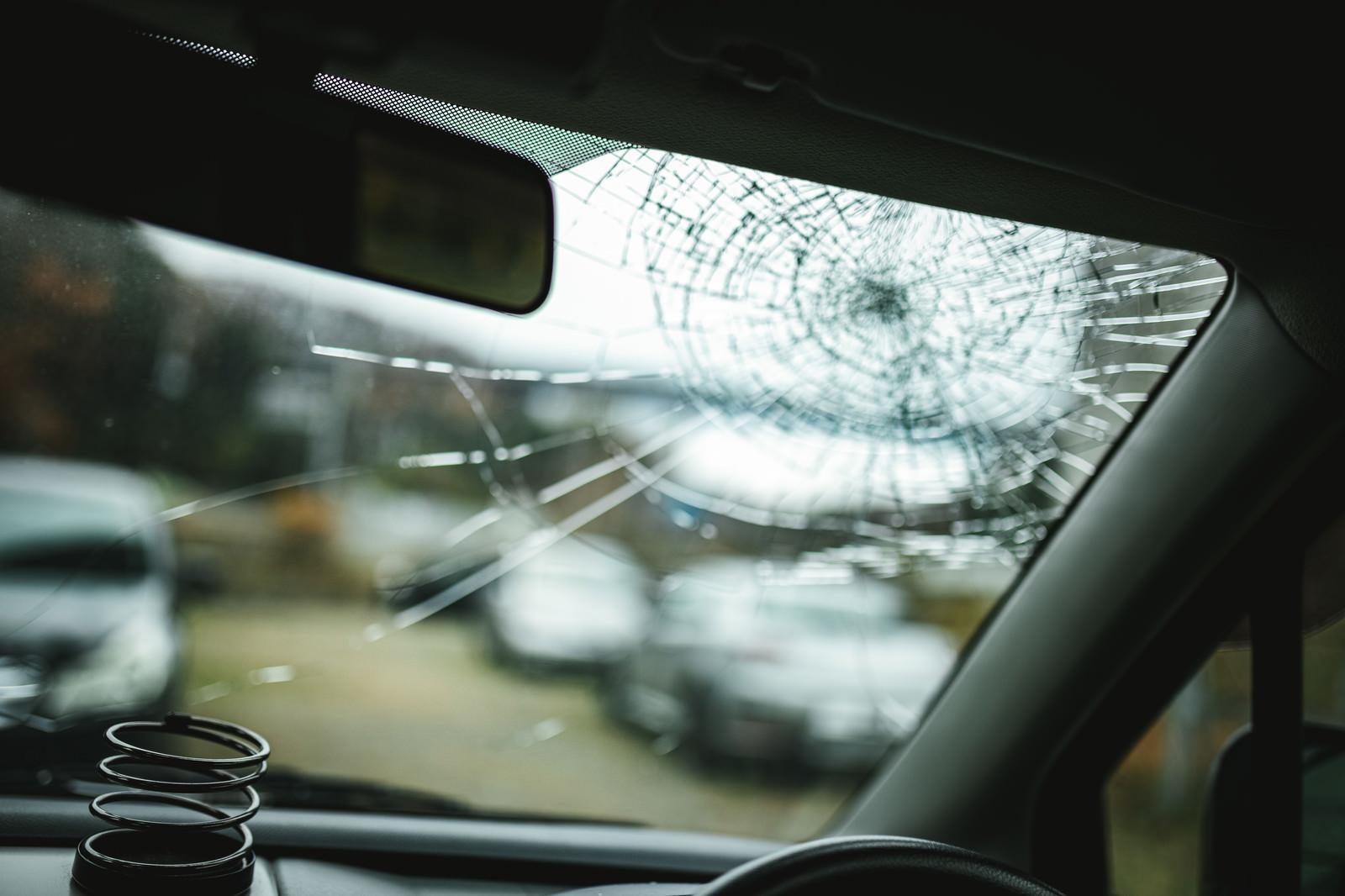 「ゴンって音がしたらフロントガラスが割れていた」の写真