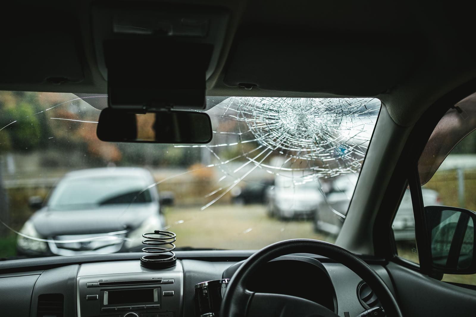 「交通事故を起こした車内の様子(フロントガラスのヒビ)」の写真