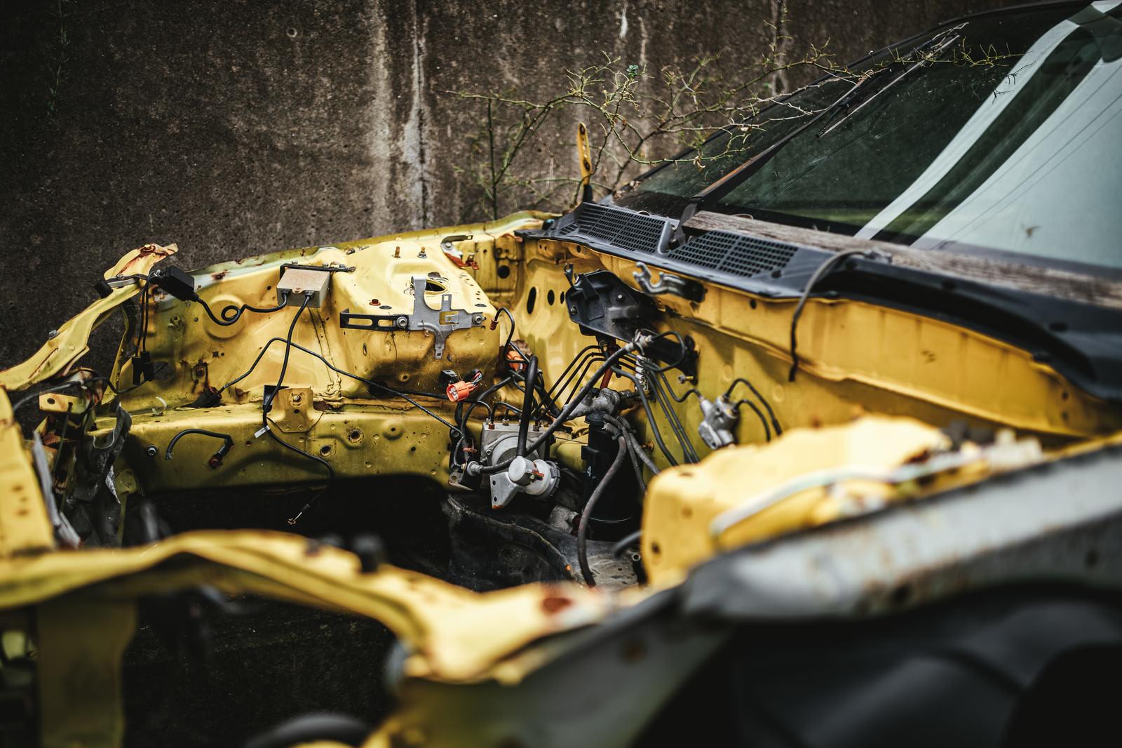 「フレームのみ残された廃車」の写真