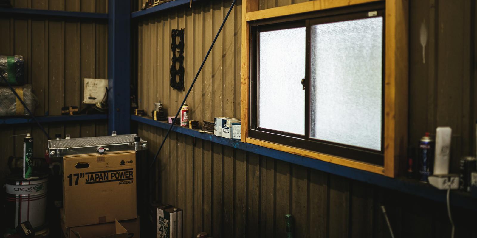 「工場の窓際に置かれた備品」の写真