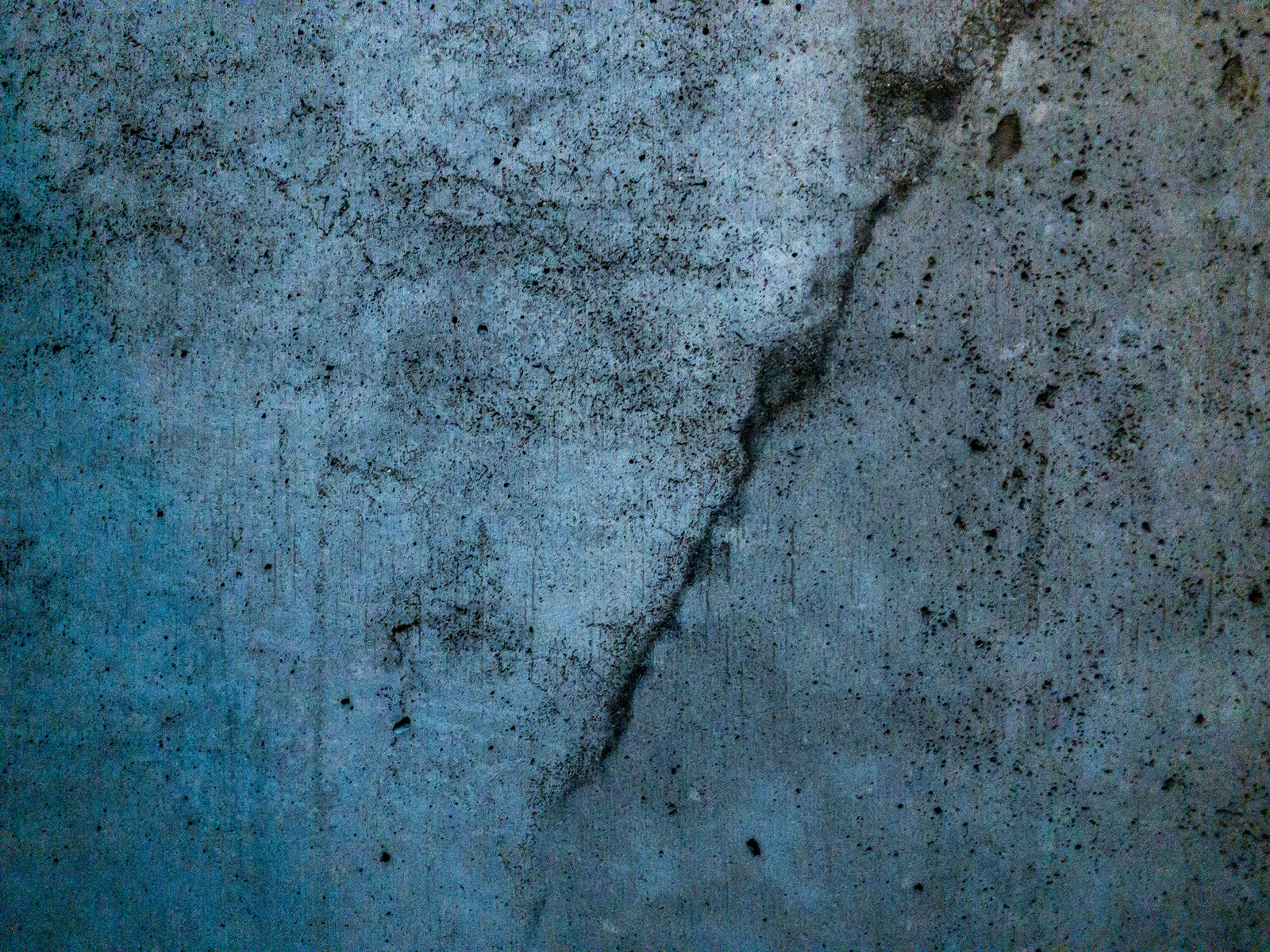 「ひび割れした古い建物の壁」の写真