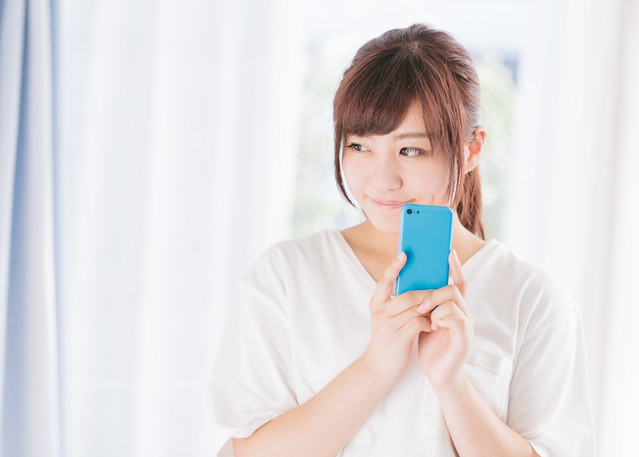 フリマアプリで欲しい商品を落札できた女性の写真