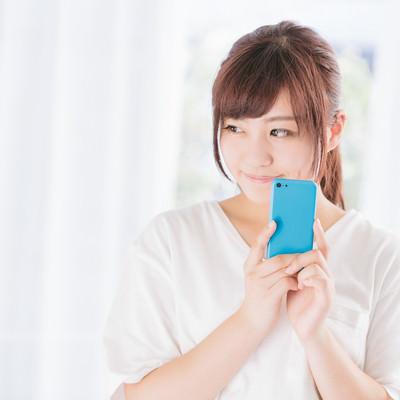 「フリマアプリで欲しい商品を落札できた女性」の写真素材