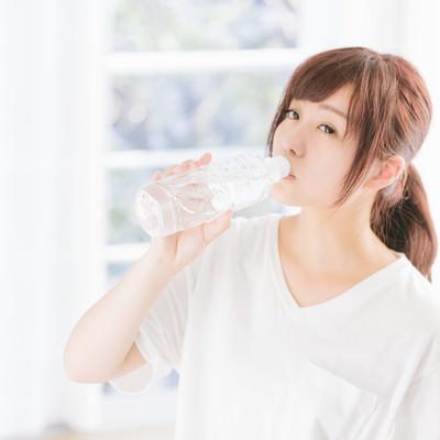 寝起きの水分補給の写真