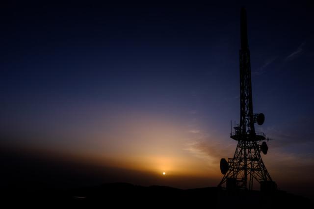 日没と鉄塔の写真
