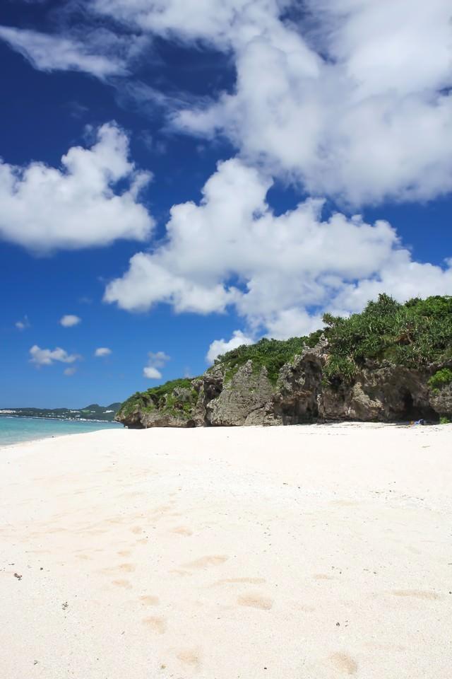 沖縄の砂浜と海の写真