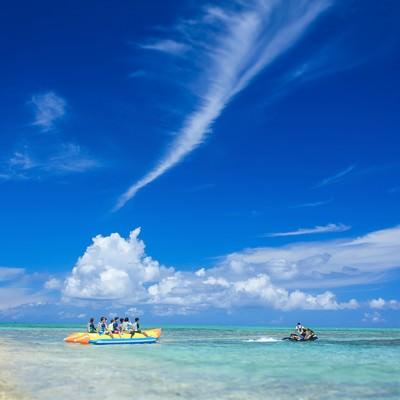 「沖縄の海とバナナボートの観光客」の写真素材