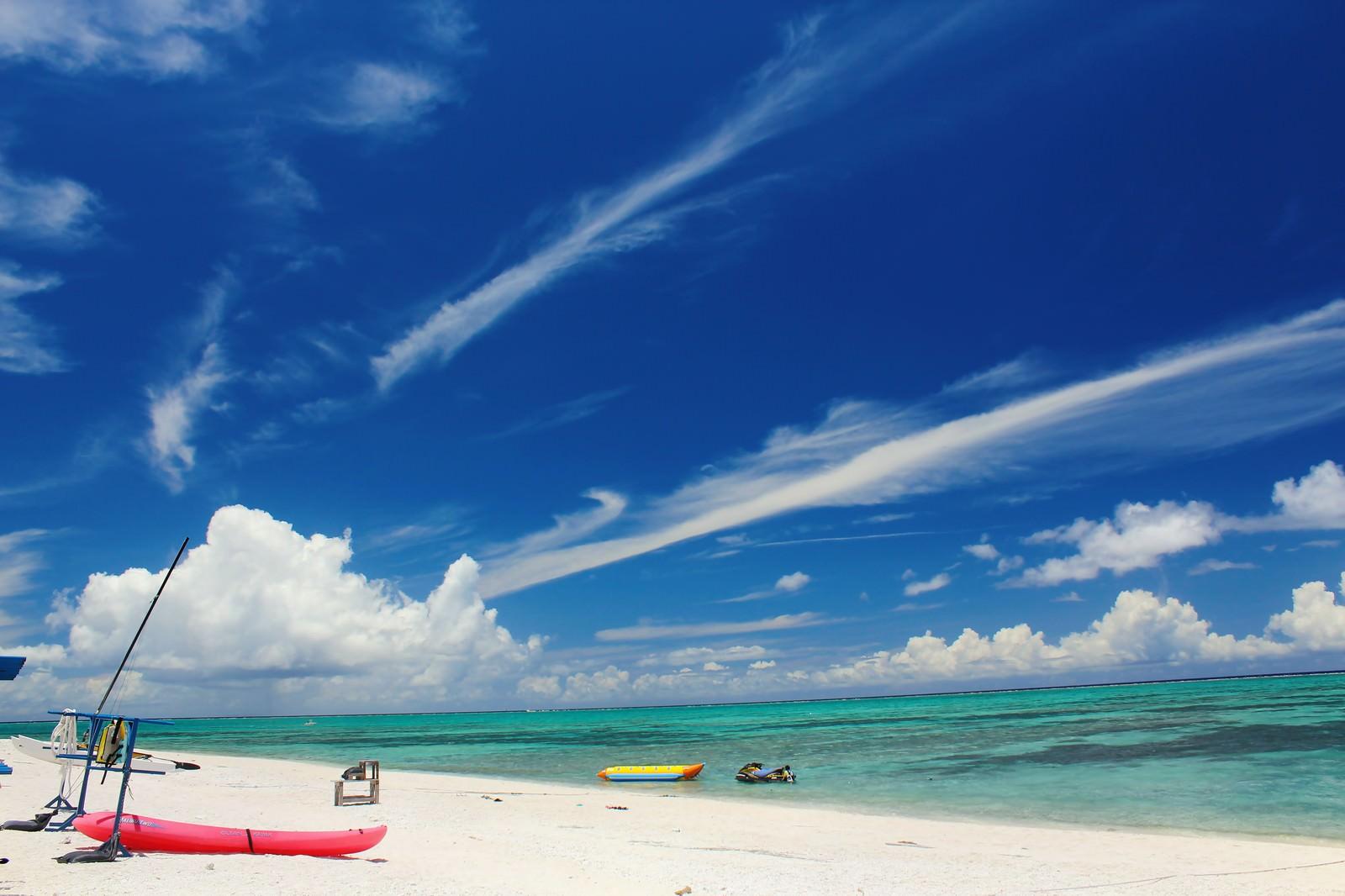 「沖縄の白い砂浜とビーチ」の写真