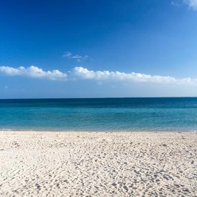 「青い海、白い砂浜」の写真素材