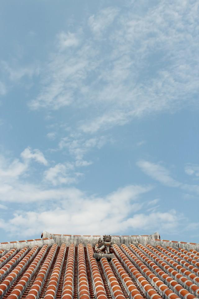 屋根の上のシーサーの写真