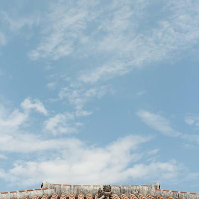 「屋根の上のシーサー」の写真素材