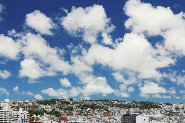 屋上からの街並みと青空の写真