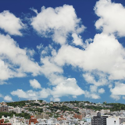 「屋上からの街並みと青空」の写真素材