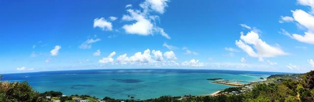 パノラマ写真:沖縄の高台から望む海の写真