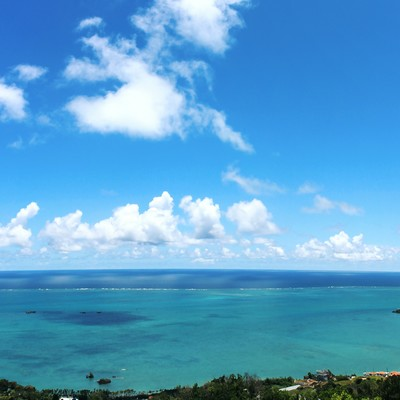 「パノラマ写真:沖縄の高台から望む海」の写真素材
