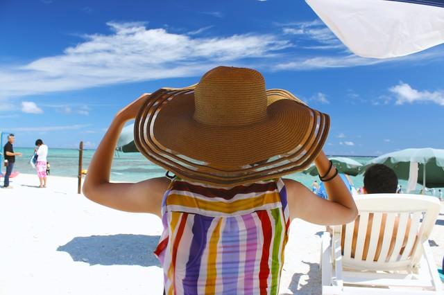 沖縄の海と麦わら帽子の写真