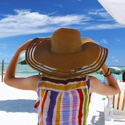 「沖縄の海と麦わら帽子」の写真素材