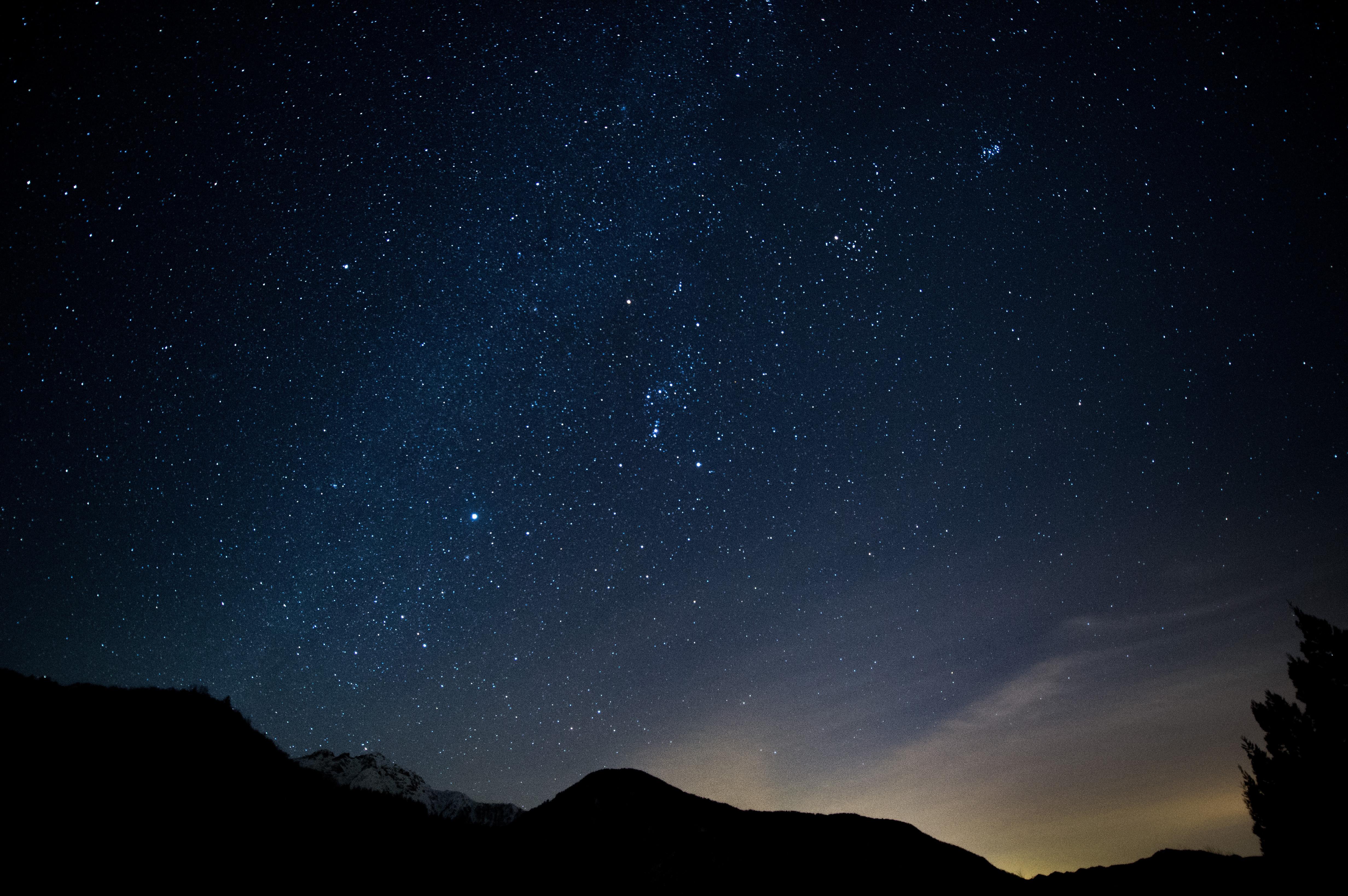 山のシルエットと星空