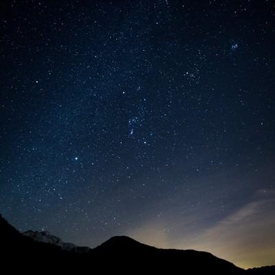 山のシルエットと星空の写真