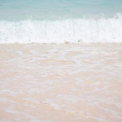 波が打ち寄せるの写真