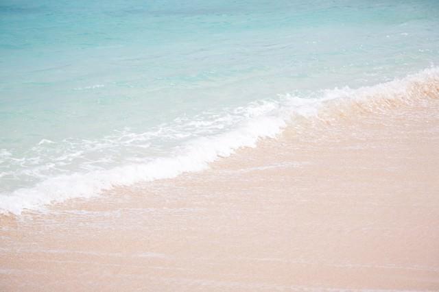 透き通る海と波の写真