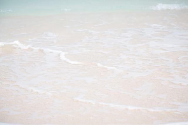 砂浜の波の写真