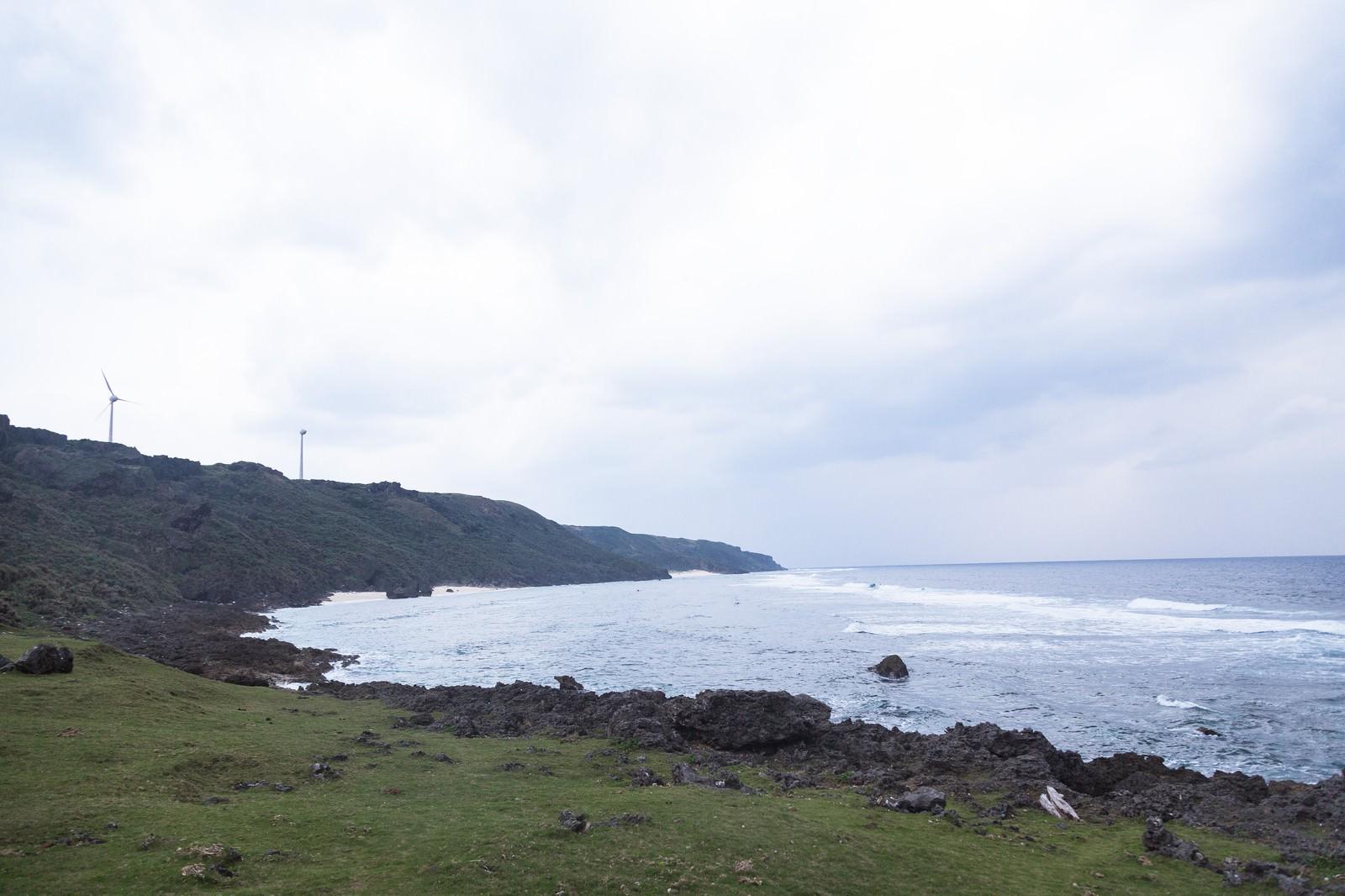 「与那国島の風力発電と岸」の写真